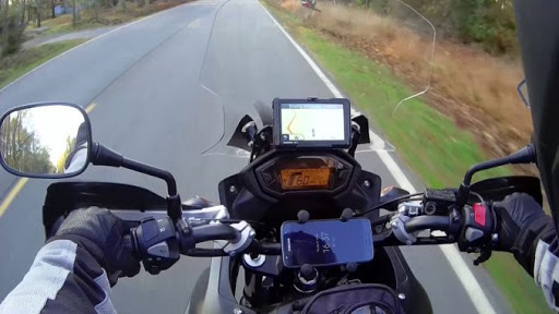 Comment peut-on brancher un GPS sur une moto ?